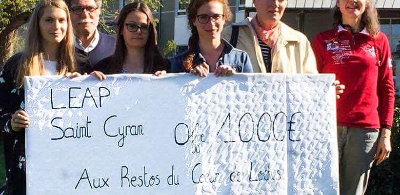 Le chèque de 100 €, les bénévoles, la Directrice et les étudiantes.
