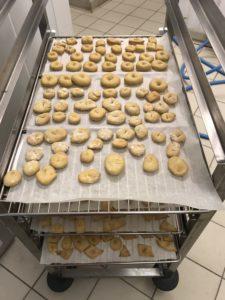 Après cuisson, des quantités de petits biscuits