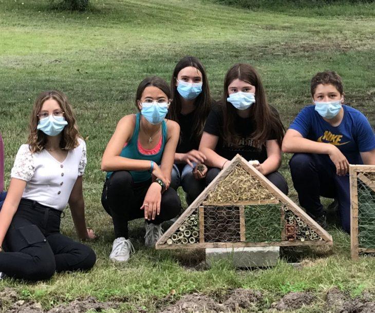 Les élèves de quatrième posant avec l'hôtel à insectes